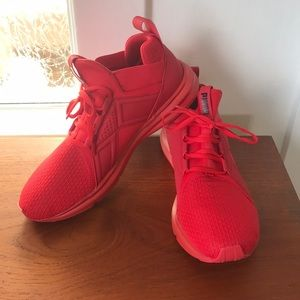 Men's size 10.5 red pumas worn once!